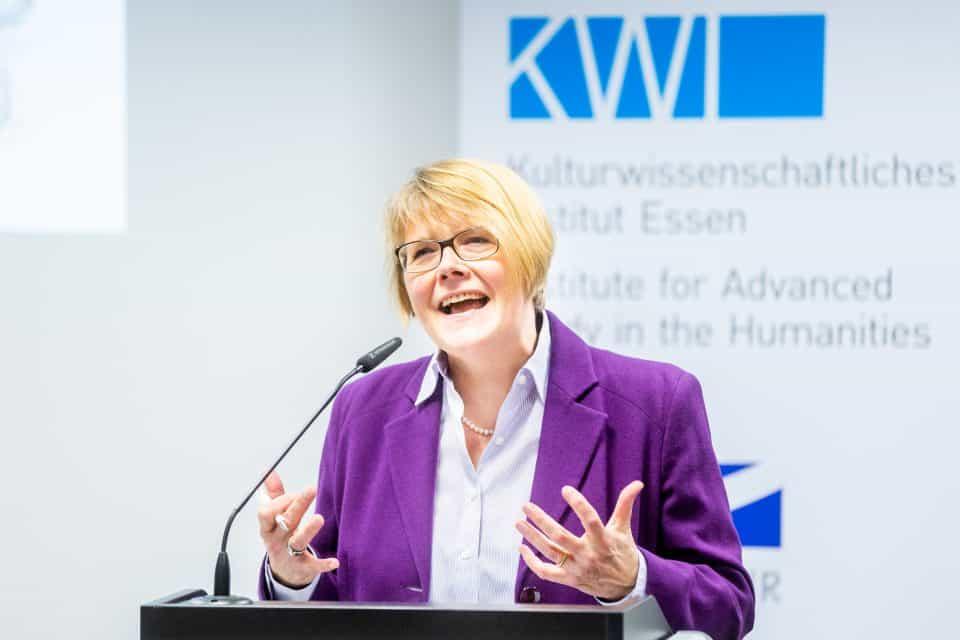 Historikerin Ute Schneider (UDE) bei ihrem Vortrag am KWI. © KWI, Foto: Muchnik, eventfotograf.in